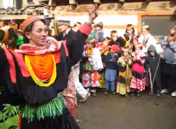 yt-pakistan-kalash-valley-dance-in-krakal-kalash-chitral-chowmos-festival-2
