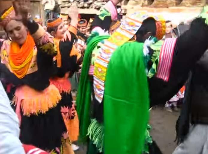 yt-pakistan-kalash-valley-dance-in-krakal-kalash-chitral-chowmos-festival